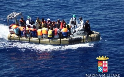 Illustration : Des migrants dans un bateau pendant une opération de sauvetage au large des côtes de la Sicile, le 14 septembre 2014. Illustration. (Crédit : Marine militaire italienne/AFP)