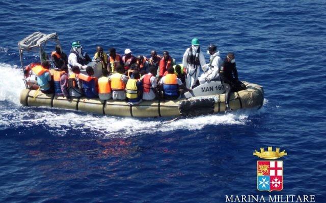 Des migrants dans un bateau pendant une opération de sauvetage au large des côtes de la Sicile, le 14 septembre 2014. Illustration. (Crédit : Marine militaire italienne/AFP)