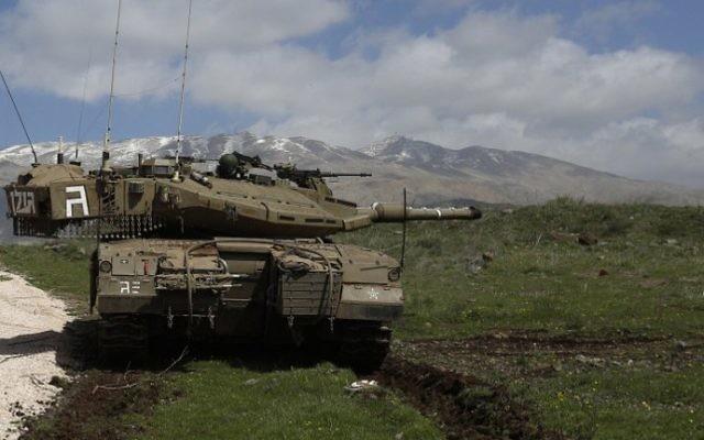 Un tank israélien stationné près du village de Majdal Shams, situé près du plateau du Golan -  19 mars 2014 (Crédit : AFP/Jalaa Marey)