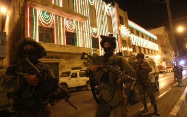 Des soldats israéliens en patrouille à Hébron. Illustration. (Crédit : AFP/Hazem Bader)
