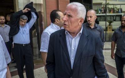 Le chef de la délégation du Fatah, Azzam al-Ahmed, au centre, et d'autres membres du Fatah devant l'hôtel où les négociations ont lieu au Caire, le 12 août 2014 (Crédit : AFP/KHALED DESOUKI)