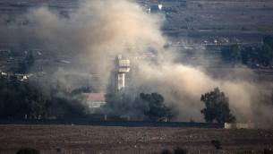 Sur le plateau du Golan, des colonnes de fumée s'échappent du village syrien de Qouneitra à la suite d'une explosion lors des combats entre les forces loyales au président syrien Bashar el-Assad et les rebelles, près de la frontière de Qouneitra, le 31 août 2014. (Crédit : AFP / MENAHEM KAHANA)