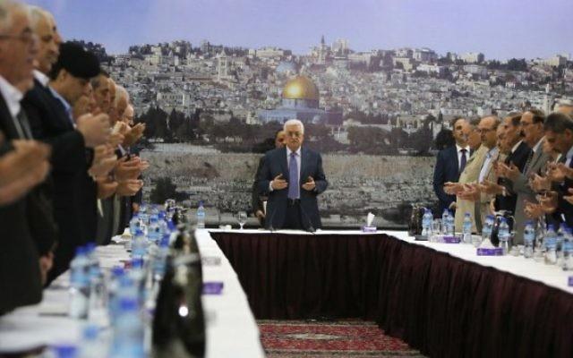 Le président de l'AP Mahmoud Abbas et son gouvernement au cours d'un meeting à Ramallah, le 11 septembre 2014 (Crédit : AFP/ ABBAS MOMANI)