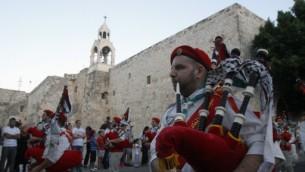 Des scouts palestiniens jouent de la cornemuse lors des fêtes en face de l'église de la Nativité, le lieu de naissance traditionnel de Jésus-Christ, dans la Bible ville de Bethléem en Cisjordanie - le 7 Juillet 2012 (Crédit : AFP PHOTO/ MUSA AL-SHAER)
