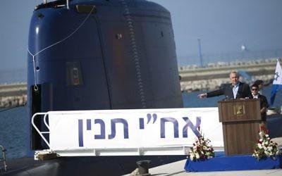 Benjamin Netanyahu et le nouveau sous-marin INS Tanin en arrière-plan  lors d'une conférence de presse à Haifa - 23 septembre 2014 (Crédit : AFP PHOTO/POOL/AMIR COHEN)