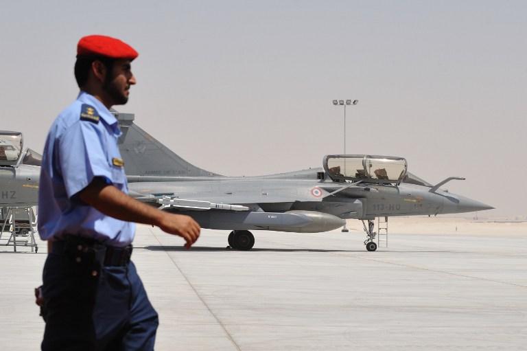 Un soldat émirati devant un avion de chasse Rafale français dans une base militaire proche d'Abu Dhabi, le 25 mai 2009. (Crédit : Eric Feferberg/AFP)