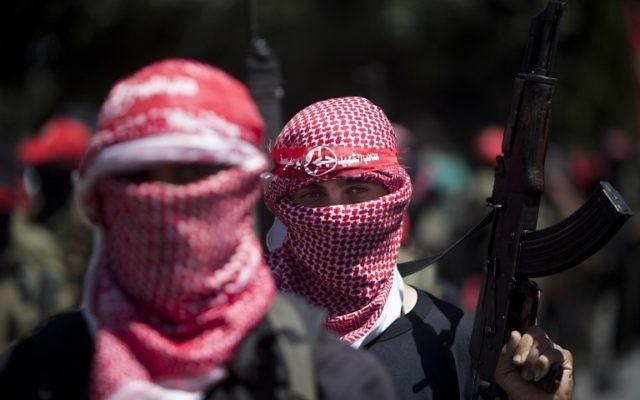 Hommes armés palestiniens masqués du Front populaire de libération de la Palestine (FPLP), pendant un rassemblement pour célébrer une semaine de cessez-le-feu entre Israël et le Hamas, à Gaza, le 2 septembre 2014. (Crédit : AFP/Mahmud Hams)