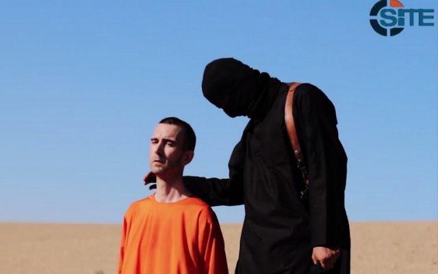 David Haines et son bourreau - il s'agit de la troisième exécution par décapitation, par l'EI, d'un otage occidental en un mois (Crédit : capture d'écran SITE)