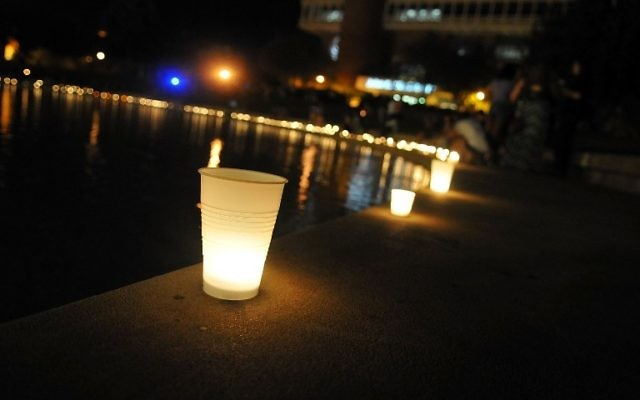 Des bougies allumées à la mémoire du journaliste Steve Sotloff, en Floride, le 3 septembre 2014. (Crédit : Gerardo Mora/Getty Images/AFP)