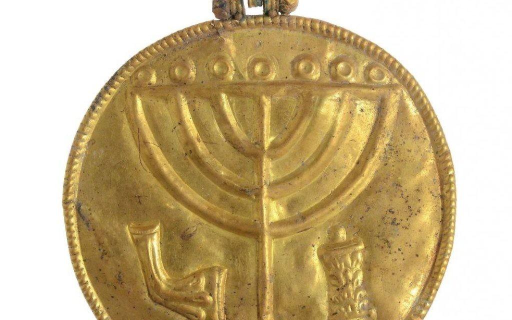 Médaillon en or montrant une ménorah de l'époque byzantine, retrouvé près du mur sud du mont du Temple, à Jérusalem. (Crédit :  Ouria Tadmor/Université hébraïque)