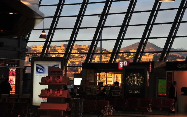 Intérieur du terminal de l'aéroport de Nice (Crédit : m-louis/Wikimedia communs/CC BY SA 2.0)