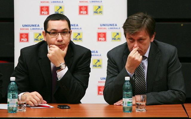 Victor Ponta (g) et Crin Antonescu (Crédit : ANTI.USL/Wikimedia commons/CC BY 2.0)