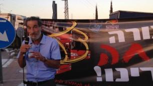 Benny Katzover, chef du Comité des résidents juifs de Samarie, parle lors d'un rassemblement demandant à ce que les travailleurs palestiniens soient retirés des bus israéliens, le 4 septembre 2014 (Crédit : Elhanan Miller / Times of Israël)