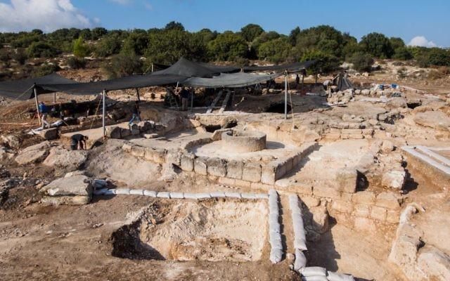 Les vestiges de ce que les archéologues croient être un monastère byzantin trouvé près de Beit Shemesh. (Crédit : Assaf Peretz, avec la permission de l'Autorité des Antiquités d'Israël)