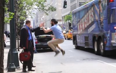 Capture d'écran de la vidéo High-Five (Crédit : YouTube)