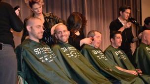 Les rabbins qui se sont fait raser la tête pour Superman Sam - 1er avril 2014 (Crédit : Julie Pelc Adler/JTA)