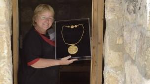 Eilat Mazar, professeur à l'Université hébraïque montre le médaillon trouvé près du mur sud du mont du Temple (Crédit : Ouria Tadmor / Université hébraïque)