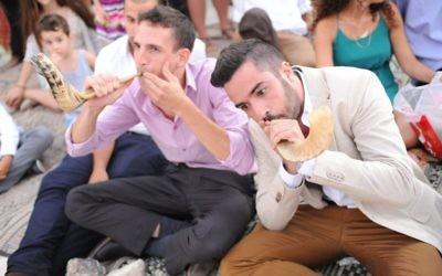 Deux jeunes sonneurs de shofar le font par surprise lors d'un mariage près de Kfar Adoumim. Photo illustrative (Crédit : Aurèle Medioni / Times of Israel)