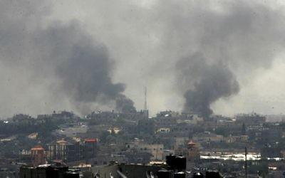 De la fumée s'élève suite à des frappes qui seraient israéliennes, selon les témoins, à Rafah le 1er août 2014 (Crédit photo: Abed Rahim Khatib/Flash90)