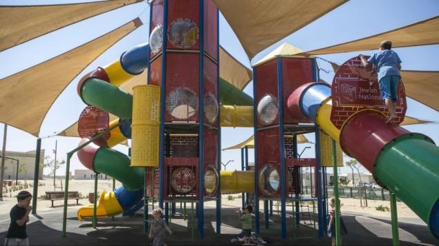 Des enfants jouant dans une aire de jeux du FNJ à Halutza (Crédit : Michal Fattan)