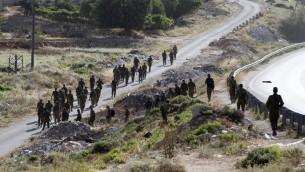 Des soldats entamant les recherches dans le village d'Hallul près de la ville d'Hebron en Cisjordanie, le 29 juin 2014. (Crédit : AFP/Hazem Bader)