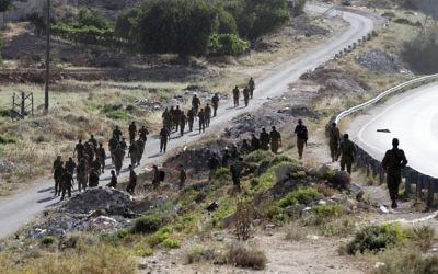Des soldats entamant les recherches dans le village de Hallul près de la ville de Hébron en Cisjordanie, le 29 juin 2014. (Crédit : AFP/Hazem Bader)
