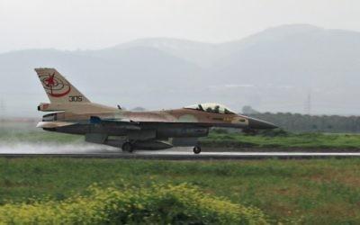 Un F-16 qui atterrit à la base de Ramat David (Crédit : Flash 90)