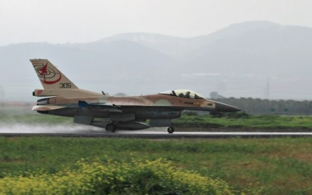 Un F-16 qui atterrit à la base de Ramat David (Crédit : Flash 90)