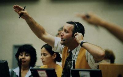 Un broker à la Bourse de Tel Aviv (Crédit : Moshe Shai/Flash90)