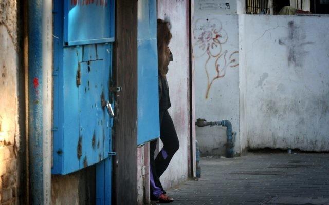 Une prostituée dans le sud de Tel Aviv, en janvier 2013. Illustration. (Crédit : Flash90)