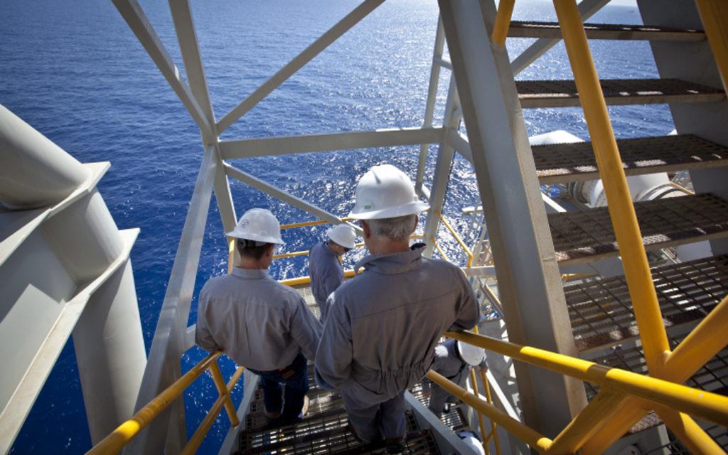 Des travailleurs de la plate-forme israélienne de gaz «Tamar», située à 24 km au large de la côte sud israélienne d'Ashkelon. (Crédit : Moshe Shai / Flash90)