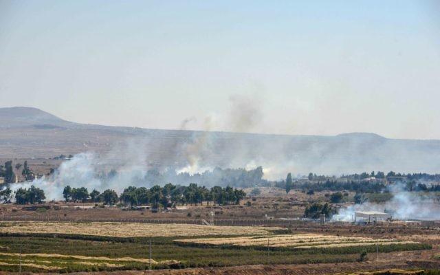 Fumée sortie du plateau du Golan à la frontière avec Israël (Crédit : Flash 90)