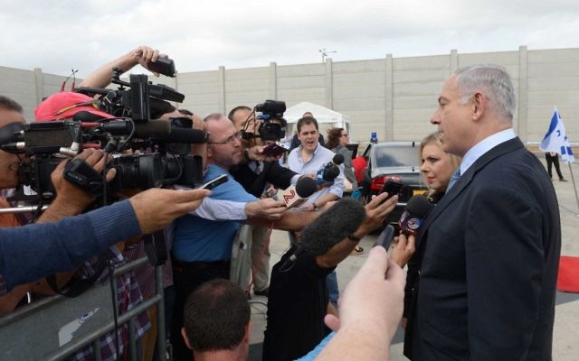 Benjamin et Sara Netanyahu sur le tarmac de l'aéroport Ben Gurion - 28 septembre 2014 (Crédit : Avi Ohayon/GPO)