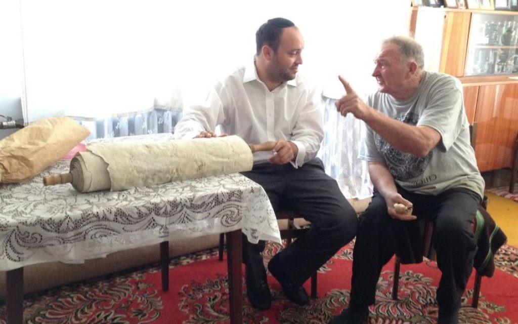 Jonny Daniels et le berger polonais Kazimierz Wroblewski, dont la famille a été chargée de rendre un rouleau de la Torah caché par des voisins juifs assassinés à Treblinka. (Crédit : autorisation)