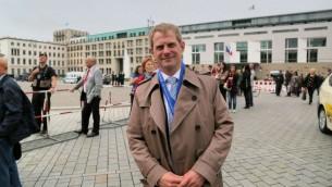 Gabriel Goldberg, un leader juif allemand basé à Düsseldorf, venu au rassemblement sous l'égide du Congrès juif mondial. (Micki Weinberg / The Times of Israël)