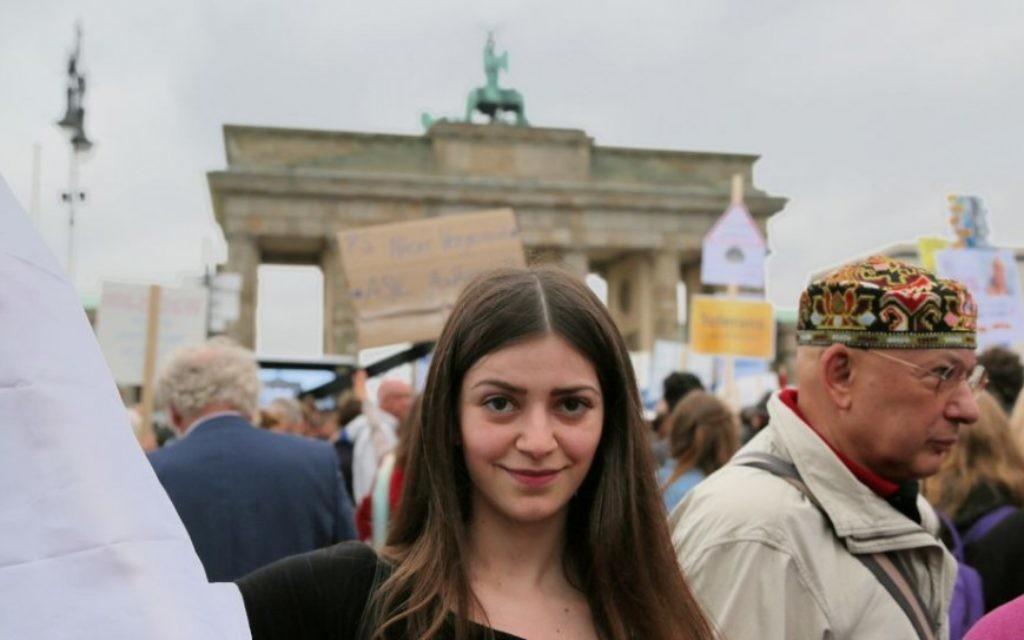 Julia, une réfugiée syrienne chrétienne de Damas, a participé à la protestation contre la hausse de antisémitisme allemand à Berlin. Elle dit que beaucoup de Syriens soutiennent Israël, mais ont peur de le dire publiquement. (Micki Weinberg / The Times of Israël)