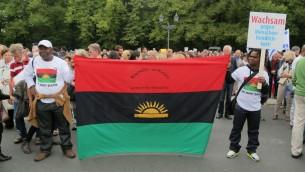 Les membres des peuples autochtones de l'organisation du Biafra au rassemblement Berlin contre l'antisémitisme, le 14 septembre, 2014 (Micki Weinberg / The Times of Israël)