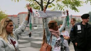 Militants islamiques et anti-israéliens ont brandi des drapeaux palestiniens affiches à Berlin, le 14 septembre, 2014 (Micki Weinberg / The Times of Israël)