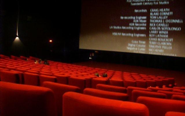 Salle intérieure d'un cinéma (Crédit : Saliko/Wikimedia communs/Domaine public)
