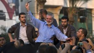 Ismail Haniyeh pendant une manifestation dans la ville de Gaza le 27 août 2014 (Crédit : AFP/Mahmud Hams)