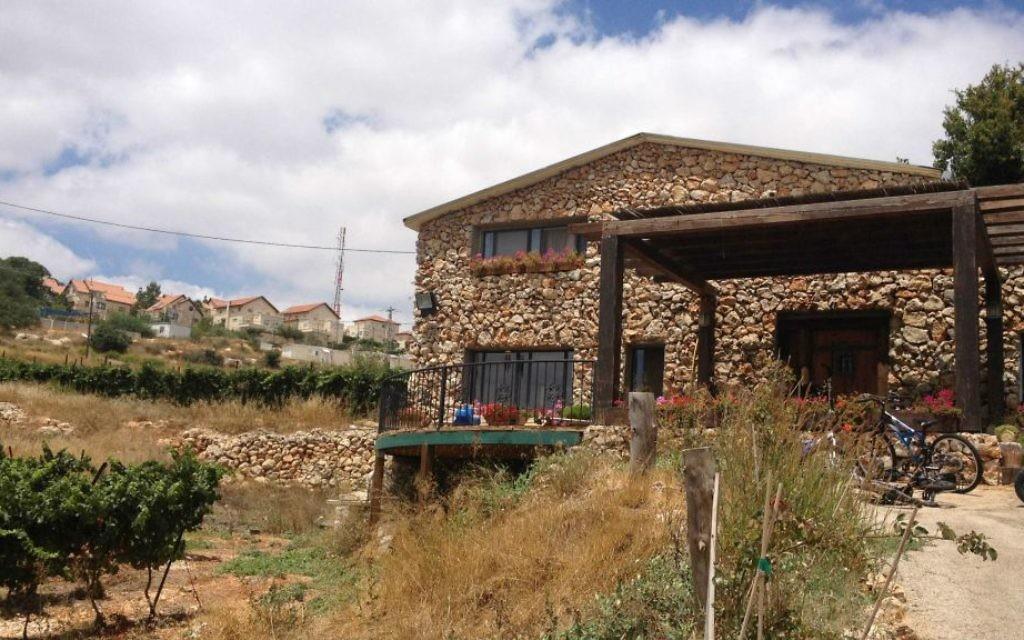 La maison de Yaakov Berg dans l'implantation de Mateh Binyamin (Crédit : Jessica Steinberg/Times of Israel)