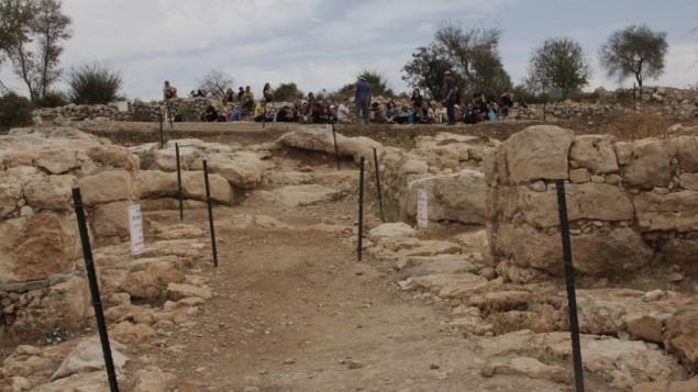 La porte de l'ouest de Qeiyafa (Crédit : Shmuel Bar-Am)