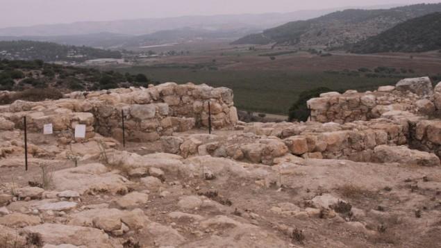 La porte du sud de Qeiyafa (Crédit : Shmuel Bar-Am)