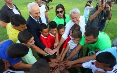 L'ancien président Shimon Peres lors du coup d'envoi du match au kibboutz de Dorot (Crédit : autorisation Peres Center for Peace/Efrat Saar)