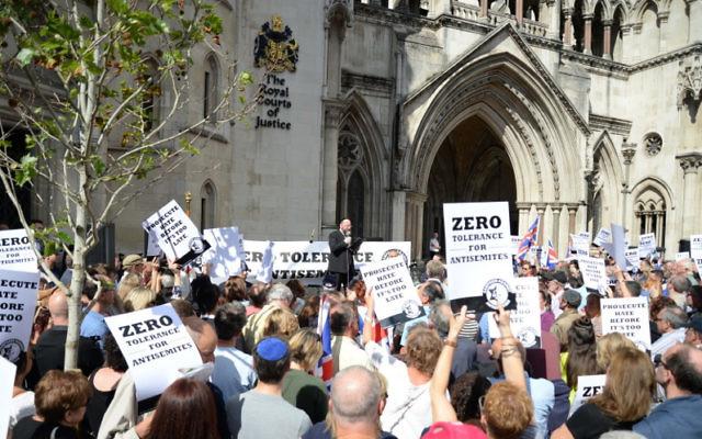 Le Grand Rabbin Ephraim Mirvis à la manifestation contre l'antisémitisme (Crédit : Autorisation/Adam Arnold)