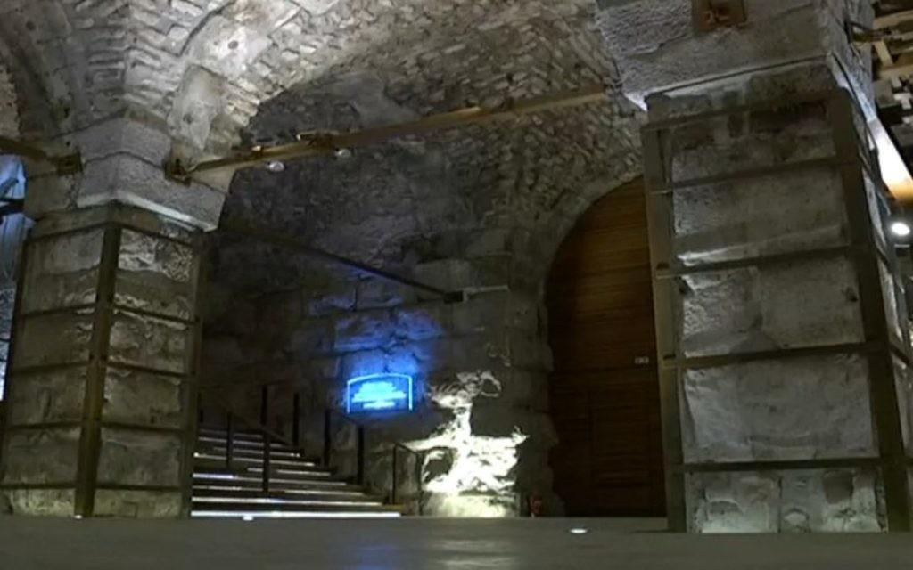 Le caravansérail mamelouk retrouvé sous l'esplanade du Mur occidental (Crédit : Capture d'écran Dixième chaîne)