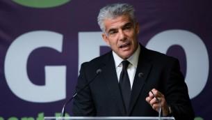 Le ministre Yair Lapid s'adressant aux journalistes le 31 août 2014 (crédit : Yonatan Sindel/Flash90)