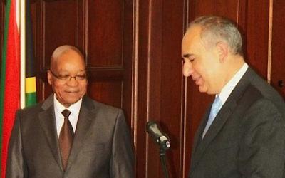 L'ambassadeur d'Israël en Afrique du Sud Arthur Lenk, à droite, remet ses lettres de créance au président sud-africain Jacob Zuma 16 octobre 2013 (Crédit : Ilana Lenk)