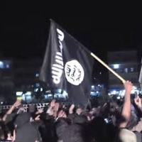 Des partisans de l'Etat islamique manifestent à Raqqa, en Syrie, en 2014. (Crédit : capture d'écran YouTube/Vice)