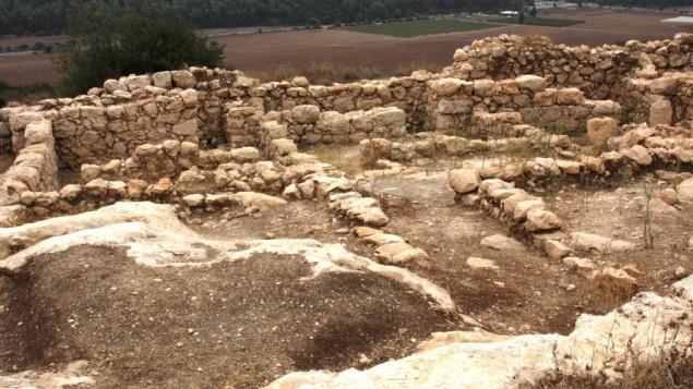 Les vestiges d'une maison de Qeiyafa (Crédit : Shmuel Bar-Am)
